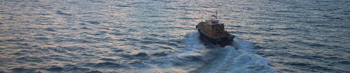 Når en lille båd nærmer sig skibet med høj fart…